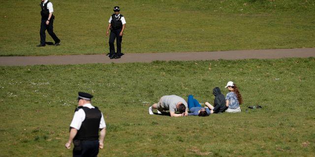 Poliser ber människor i Greenwich Park i London att lämna området. Matt Dunham / TT NYHETSBYRÅN