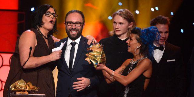 """Producententerna Madeleine Ekman och Mariusz Wlodarski, vänster, tar emot priset Bästa film för filmen """"Efterskalv """" vid Guldbaggegalan på Cirkus i Stockholm på måndagen. TT"""