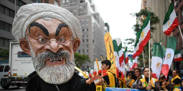 Demonstranter demonstrerar mot Irans president Hassan Rouhani i New York.  JEWEL SAMAD / AFP