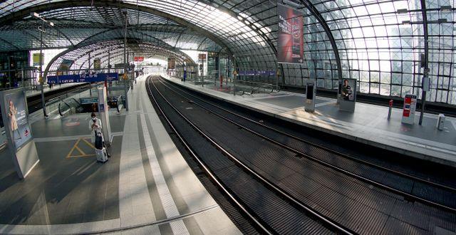 Kvinna väntar på tåg i Berlin.  Michael Sohn / TT NYHETSBYRÅN