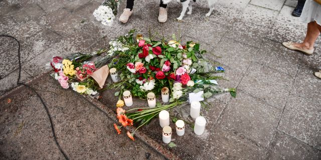 Blommor på platsen där Eric Torell sköts Stina Stjernkvist/TT / TT NYHETSBYRÅN
