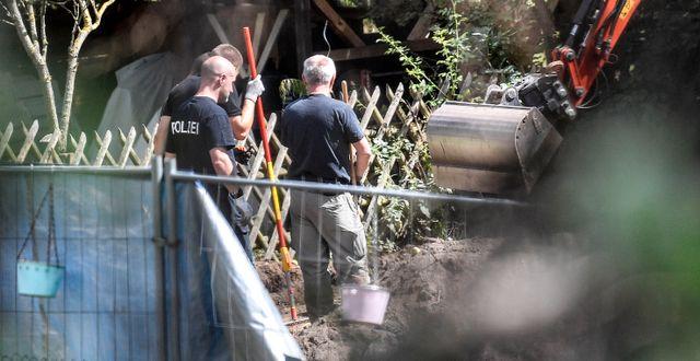 Grävandet i den kolonilott som eftersöks i Madeleine McCann-fallet fortsätter under onsdagen. Martin Meissner / TT NYHETSBYRÅN