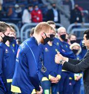 Sverige tar emot silvermedaljerna. Jonas Ekströmer/TT / TT NYHETSBYRÅN