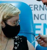 En kvinna vaccineras med ryska Sputnik V i Argentina.  Natacha Pisarenko / TT NYHETSBYRÅN