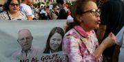 Demonstration mot korruptionen. Kuczynski och motståndaren Keiko Fujimori på plakatet. Martin Mejia / TT NYHETSBYRÅN