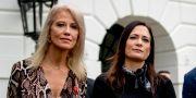 Stephanie Grisham (t h) tillsammans med Trump-rådgivaren Kellyanne Conway. Andrew Harnik / TT NYHETSBYRÅN