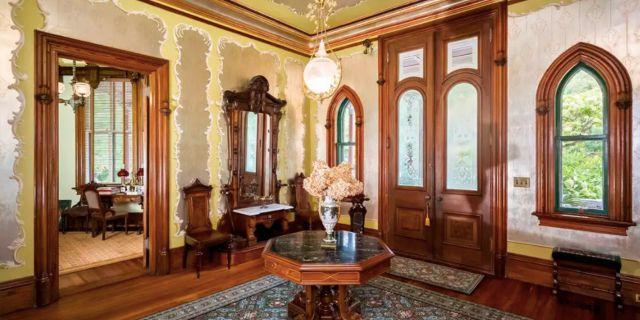 Den spektakulära hallen är inredd i originalstil Homes.com