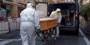 Vårdpersonal transporterar en död 87-årig kvinna från hotellrummet i staden Laigueglia. TT NYHETSBYRÅN
