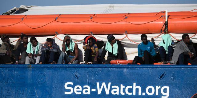 Migranter på räddningsfartyget Sea Watch. Arivbild. Salvatore Cavalli / TT NYHETSBYRÅN/ NTB Scanpix