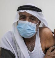 Man vaccineras i södra Israel.  Tsafrir Abayov / TT NYHETSBYRÅN