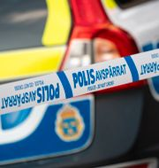 En polisbil och avspärrningsband.  Johan Nilsson/TT / TT NYHETSBYRÅN