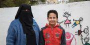 Ranim flydde med sina sju barn från den syriska staden al-Raqqa till Jordanien. Här med sonen Adel. Hon längtar hem till Syrien och drömmer om en bättre framtid för sina barn. Rana Habahbeh/Rädda Barnen/TT