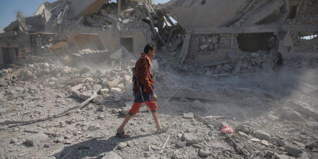 Man går i rasmassorna i Dhamar i Jemen. Hani Mohammed / TT NYHETSBYRÅN