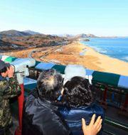 Sydkoreaner tittar in över gränsen mot Nordkorea vid observationsposten i närheten av staden Goseong Lee Hae-ryoung / TT NYHETSBYRÅN