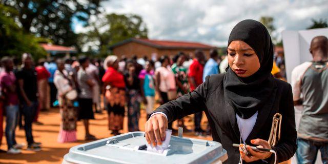 En kvinna röstar i Mzuzu i Malawi. PATRICK MEINHARDT / AFP