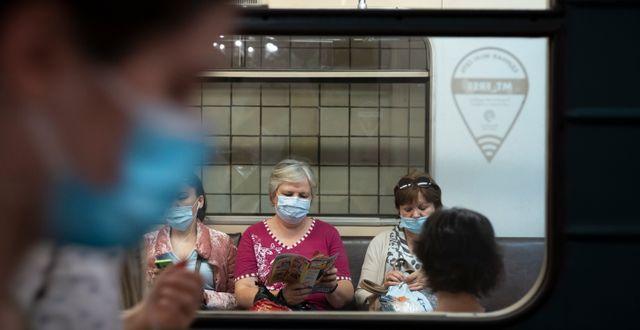 Moskvabor med ansiktsmasker i kollektivtrafiken. Alexander Zemlianichenko / TT NYHETSBYRÅN