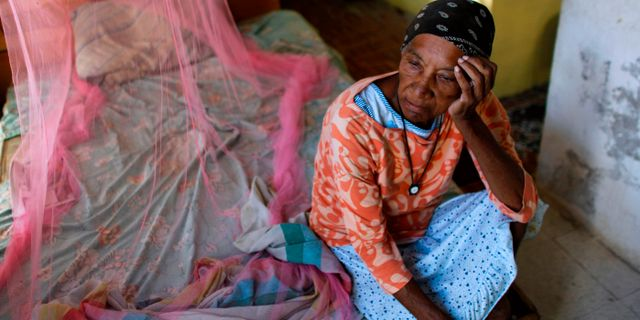 66-åriga Aurea Cruz i sitt hus, som skadades av orkanen Maria.  RICARDO ARDUENGO / AFP