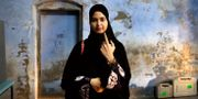 Kvinna röstar i Indien. Rajesh Kumar Singh / TT NYHETSBYRÅN/ NTB Scanpix