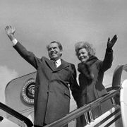 President Richard Nixon and first lady Pat Nixon wave their farewells to China as they board Air Force One at Shanghai Airport, Feb. 28, 1972, before they headed home from their three-city China visit. Anonymous / TT NYHETSBYRÅN