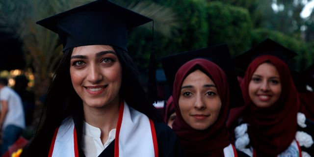 Studenter vid Palestinas universitet firar examen.  MOHAMMED ABED / AFP