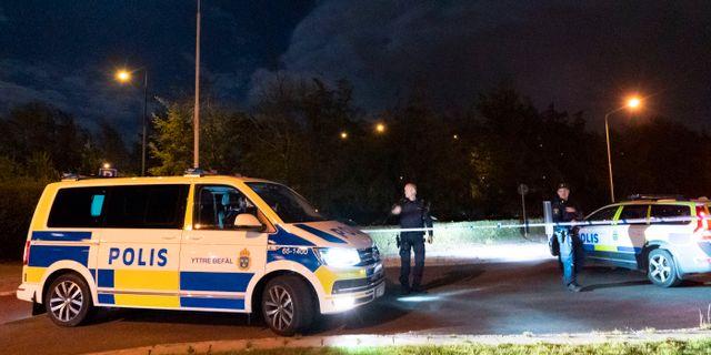 Polisen spärrar av på Ramels väg på Rosengård i Malmö efter en skottlossning i samband med ett grovt rån. Johan Nilsson/TT / TT NYHETSBYRÅN