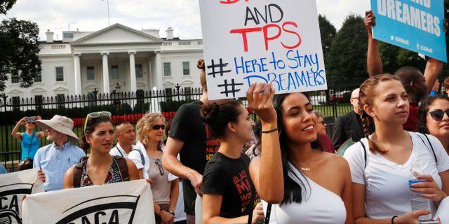"""Människor demonstrerar utanför Vita huset för att """"dreamers"""" ska få stanna. Arkivbild. Jacquelyn Martin / TT NYHETSBYRÅN/ NTB Scanpix"""