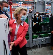 Arkivbild: Ursula von der Leyen sätter en EU-klistermärke på en förpackning med Pfizervaccin vid ett besök på bolagets anläggning i Puurs, Belgien.  John Thys / TT NYHETSBYRÅN