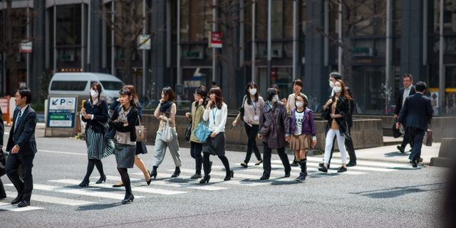 Människor på väg till jobbet i Japan. Said Karlsson/TT