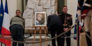 Människor skriver sina kondoleanser framför ett foto på Jacques Chirac Michel Euler / TT NYHETSBYRÅN
