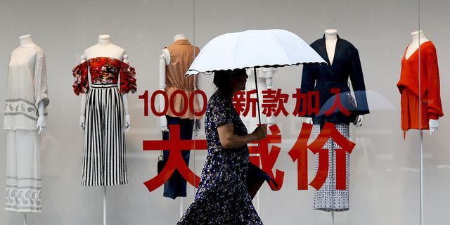 Kvinna som shoppar i Peking på måndagen. TT