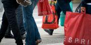 Fotgängare med shoppingkassar på Drottninggatan i Stockholm. JANERIK HENRIKSSON / TT / TT NYHETSBYRÅN