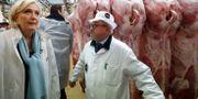 Marine Le Pen besöker en köttmarknad nära Paris. CHARLES PLATIAU / POOL