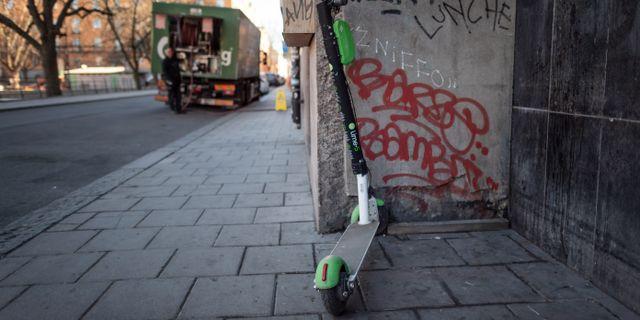 En elsparkcykel står parkerad på trottoaren, arkivbild. Stina Stjernkvist/TT / TT NYHETSBYRÅN