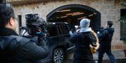 Journalister utanför Ghosns bostad i Beirut, Libanon.  Hussein Malla / TT NYHETSBYRÅN
