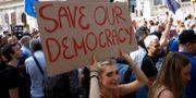 Antibrexitdemonstranter utanför Downing Street i London under lördagen.  HENRY NICHOLLS / TT NYHETSBYRÅN