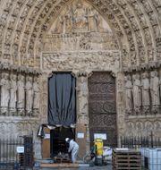 Städning vid Notre-Damekatedralen i Paris. Rafael Yaghobzadeh / TT NYHETSBYRÅN