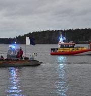 Båtar med personal från Stockholms brandförsvar och Sjöräddningssällskapet. Henrik Montgomery/TT / TT NYHETSBYRÅN