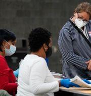 En republikansk valobservatör granskar rösträkningen i Georgia.  Brynn Anderson / TT NYHETSBYRÅN
