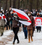 Demonstranter i Belarus huvudstad Minsk under söndagen.  TT NYHETSBYRÅN
