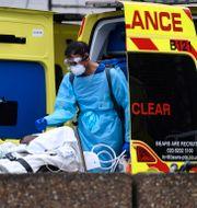 Brittisk coronapatient lastas in i ambulans. Alberto Pezzali / TT NYHETSBYRÅN