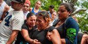 Systern till en man som dödades av polisen i Masaya sörjer vid hans begravning. Cristobal Venegas / TT NYHETSBYRÅN