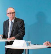 Alf Jönsson, regiondirektör, och Eva Melander, smittskyddsläkare, under onsdagens presskonferens Johan Nilsson/TT / TT NYHETSBYRÅN