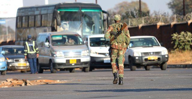 Soldat i Zimbabwes huvudstad Harare i samband med protester i juli/Arkivbild.  Tsvangirayi Mukwazhi / TT NYHETSBYRÅN
