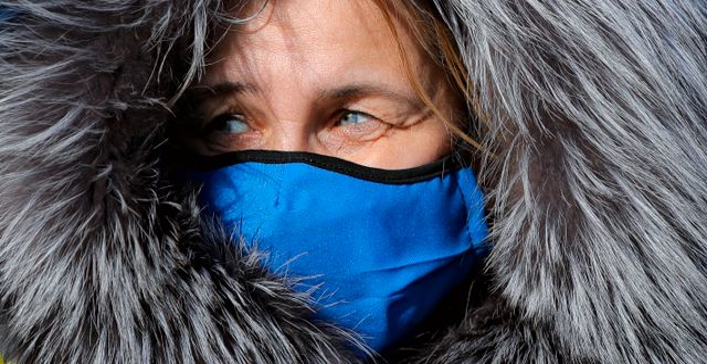 Kvinna med munskydd i Rumänien. Arkivbild. Vadim Ghirda / TT NYHETSBYRÅN