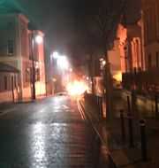 Polisens bild från den brinnande bilen i Londonderry - / PSNI
