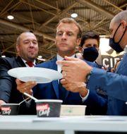 Emmanuel Macron på matmässan i Lyon. Denis Balibouse / TT NYHETSBYRÅN