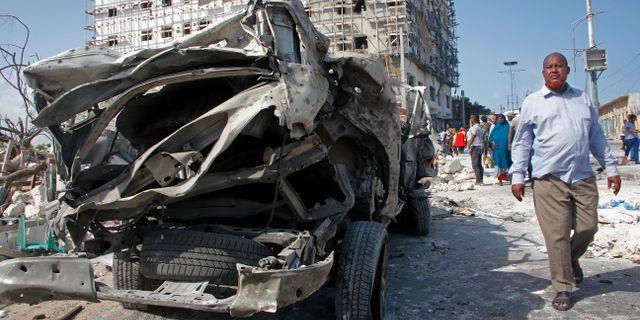 En förstörd bil nära parlamentsbyggnaden i Mogadishu. Farah Abdi Warsameh / TT NYHETSBYRÅN