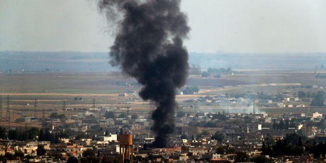 Bild från syriska gränsstaden Ras-al Ayn under torsdagen. Lefteris Pitarakis / TT NYHETSBYRÅN