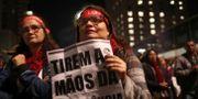 """Demonstranter i São Paulo med budskapet """"Ta bort dina tassar från pensionen"""". AMANDA PEROBELLI / TT NYHETSBYRÅN"""