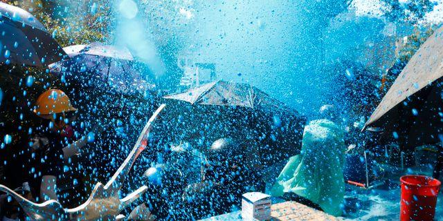 Blått vatten sätts in mot demonstranterna. THOMAS PETER / TT NYHETSBYRÅN